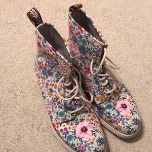 Doc Martens Newton Wanderlust Boots